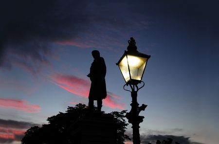 and streetlights: Burns monument at sunset in Aberdeen Stock Photo