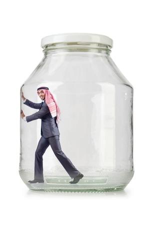 suffocating: Uomo d'affari arabo in vaso di vetro