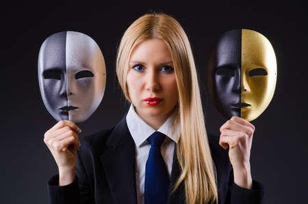 Frau mit Maske in der Heuchelei Konzept