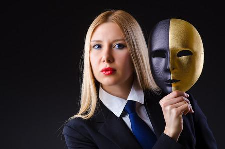 hipocres�a: Mujer con la m?scara de hipocres?a en concepto