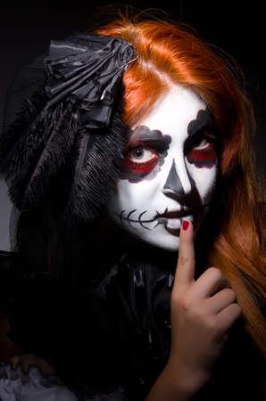 Mujer Satana en concepto de Halloween