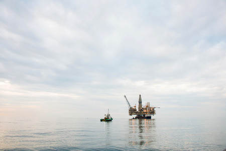 torre de perforacion petrolera: Plataforma petrolera se tir� en el mar