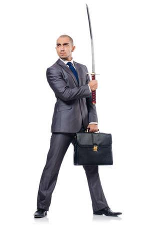 Hombre de negocios con espada aislado en blanco