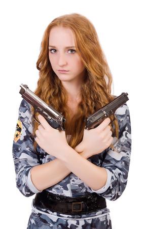 mujer con arma: Soldado joven mujer con pistola sobre fondo blanco