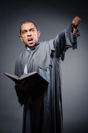 toog: Jonge priester die op de witte