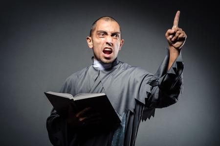 predicador: Sacerdote joven aislado en el blanco