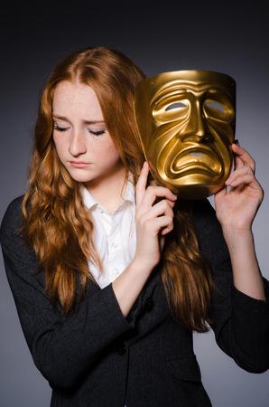 hipocresía: Mujer con la m�scara de hipocres�a en concepto Foto de archivo