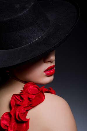 Muchacha atractiva en vestido rojo