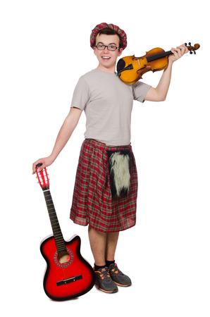 highlander: Scotsman divertido con el instrumento musical aislado en blanco