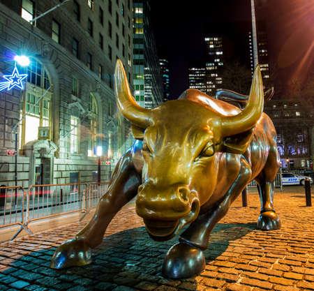 Estatua famoso toro cerca de Wall Street en Nueva York Editorial
