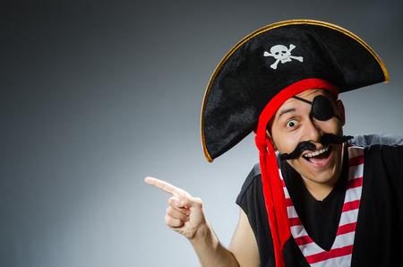 Pirata divertido en el estudio oscuro