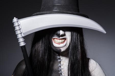 sense: Frau in Halloween-Konzept mit Sense