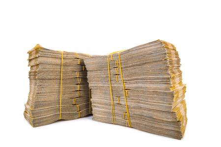 cash money: Pila de dinero aislados en el blanco