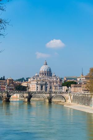 tiber: Catedral de San Pedro sobre el r�o T�ber, en Roma Italia