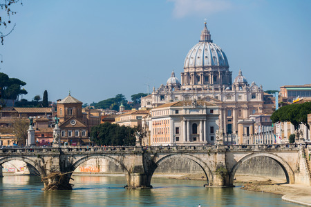 Catedral de San Pedro sobre el río Tíber, en Roma Italia