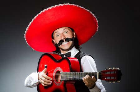 trajes mexicanos: Hombre mexicano con guitarra aislado en blanco Foto de archivo