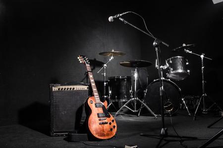 tambor: Conjunto de instrumentos musicales durante el concierto Foto de archivo