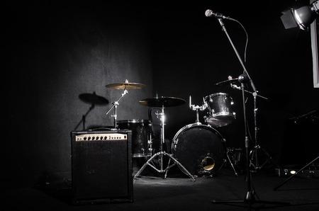 Set von Musikinstrumenten während Konzert Standard-Bild