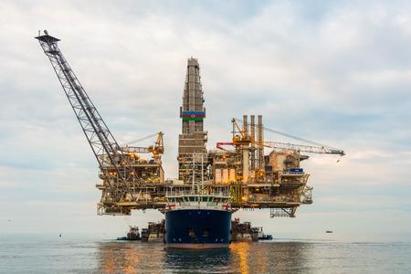 torre de perforacion petrolera: Plataforma de la plataforma petrolera en el mar en calma