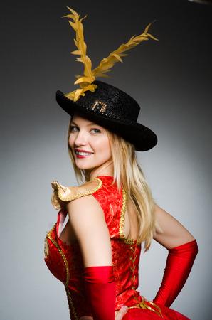 mujer pirata: Pirata mujer con sombrero de plumas