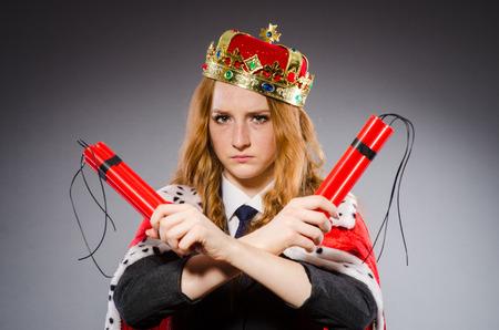 dinamita: Mujer reina empresaria con dinamita