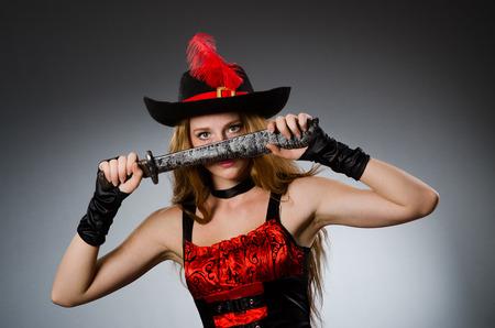 mujer pirata: Pirata de la mujer con arma blanca Foto de archivo