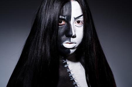 satanas: Concepto Satanás Halloween con la mujer de miedo Foto de archivo