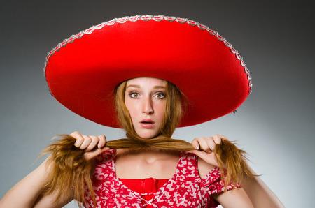 trajes mexicanos: Mujer mexicana usar sombrero rojo