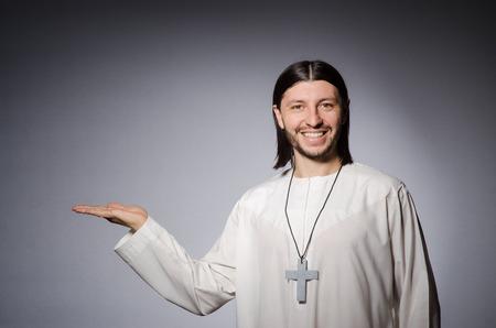 sotana: Hombre Sacerdote en concepto religioso Foto de archivo