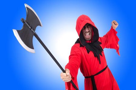 ahorcado: Verdugo en traje rojo con el hacha en blanco Foto de archivo