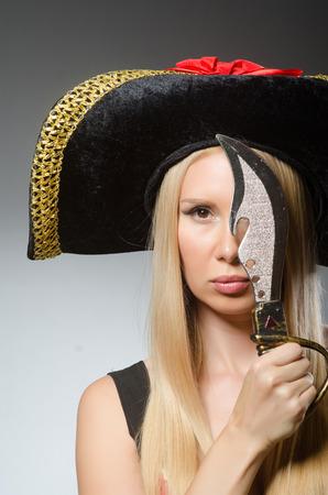 mujer pirata: Mujer pirata con cuchillo afilado