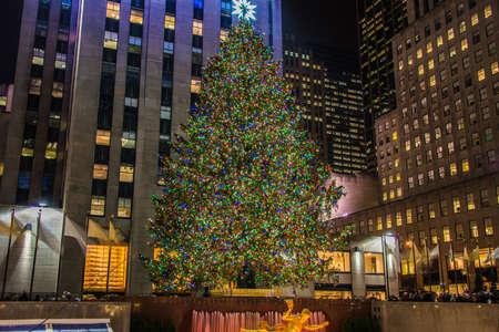 New York - 20. Dezember 2013: Weihnachtsbaum im Rockefeller Center am 20. Dezember in den USA, New York. Weihnachtsbaum am Rockefeller-Center ist der berühmteste Weihnachtsbaum in USA Editorial