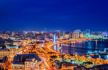 Vista nocturna de Bakú, Azerbaiyán