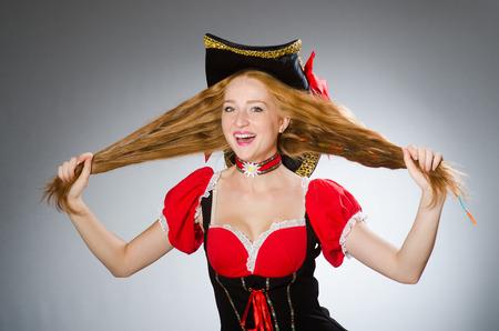 mujer pirata: Pirata de la mujer llevaba sombrero y traje Foto de archivo