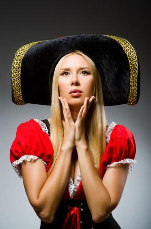 mujer pirata: Pirata de la mujer contra el fondo gris