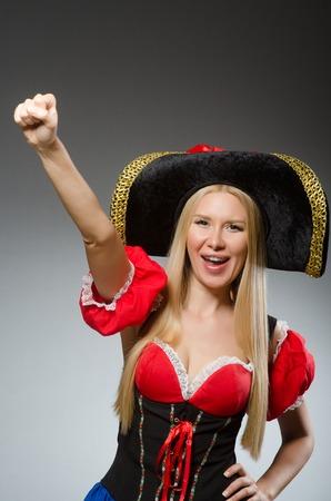 pirata mujer: Pirata de la mujer contra el fondo gris