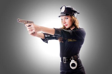 mujer con arma: Polic�a femeninos aislados en el blanco