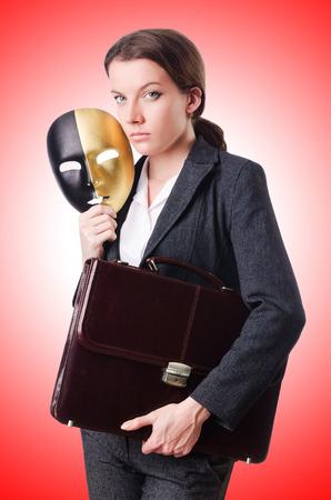 hipocres�a: Mujer con la m�scara en concepto de hipocres�a