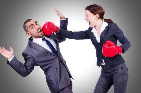 pelea: Par Oficina combates aislados en blanco