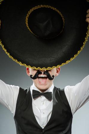 traje mexicano: Sonreír mexicano con sombrero aislado en blanco Foto de archivo