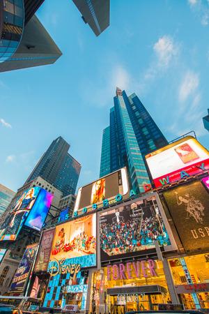 cuadrado: Nueva York - 22 de diciembre 2013: Times Square el 22 de diciembre en EE.UU., Nueva York. Times Square es el punto tur�stico m�s popular en Nueva York