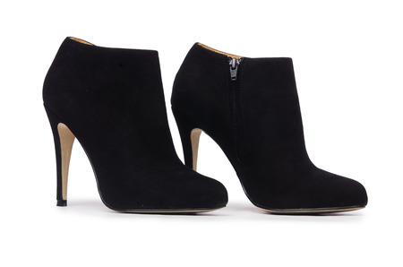 tacones negros: Mujer zapatos aislados en el fondo blanco