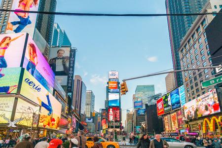 Nueva York - 22 de diciembre 2013: Times Square el 22 de diciembre en EE.UU., Nueva York. Times Square es el punto turístico más popular en Nueva York