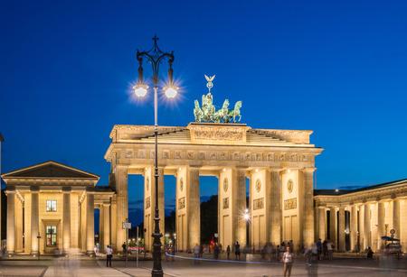 atracci�n: Puerta de Brandenburgo en Alemania, Berl�n. Puerta de Brandenburgo es una popular atracci�n tur�stica en Berl�n Foto de archivo