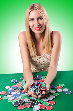 texas hold em: Mujer en tarjetas que juegan del casino