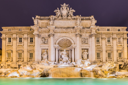 fontana: Fountain Trevi during evening hours in Rome