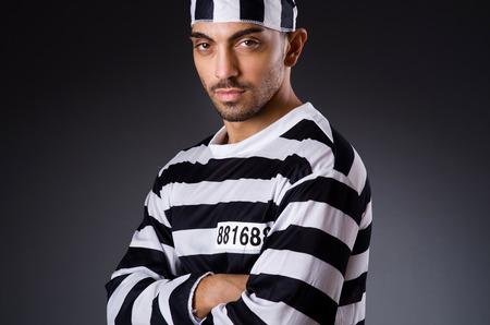 preso: Preso enojado en una habitaci�n oscura Foto de archivo