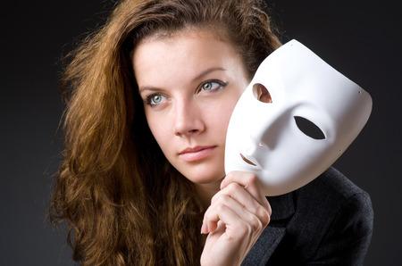 hipocres�a: Mujer con la m�scara de hipocres�a en concepto Foto de archivo