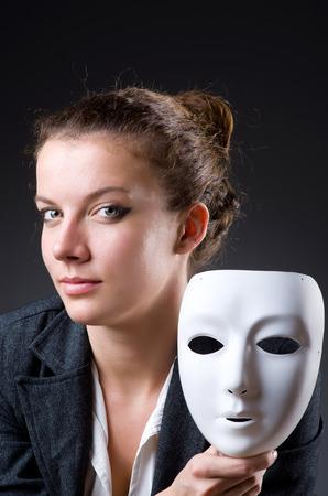 hipocresía: Mujer con la máscara en concepto de hipocresía