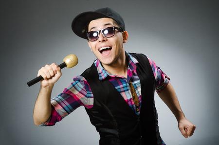 canto: Canto Hombre divertido en karaoke Foto de archivo